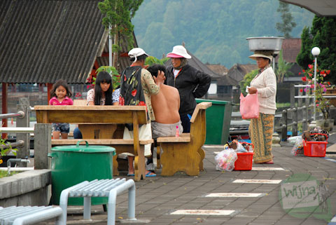 wisatawan dan turis tidak nyaman dikelilingi oleh ibu-ibu penjaja suvenir di Danau Batur, Bali