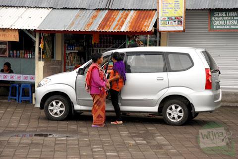 ibu-ibu warga sekitar danau Batur, Bali menawarkan suvenir secara paksa ke pengunjung
