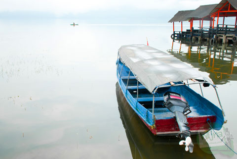 perahu yang sepi pengunjung di danau batur karena tarifnya mahal