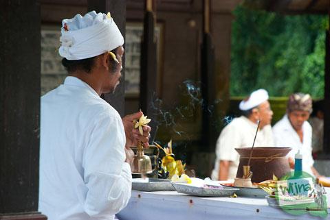 Pendeta yang memimpin ibadah ritual kuningan di pura Gunung Kawi, Bali tahun 2013