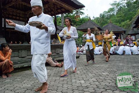 Prosesi ibadah ritual kuningan di pura Gunung Kawi, Bali tahun 2013
