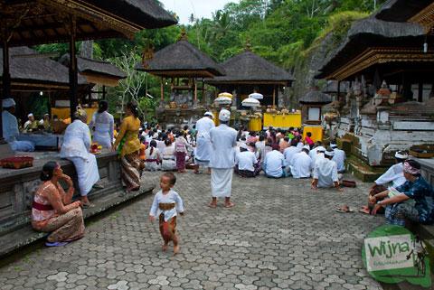 Suasana upacara kuningan di pura Gunung Kawi, Bali tahun 2013
