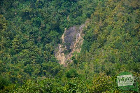 Penampakan air terjun Senthong Pundong dilihat dari Jalan Parangtritis, bantul