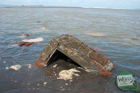 rumah warga di Pantai Samas, Srandakan, Bantul yang rusak terkena abrasi air laut di tahun 2013