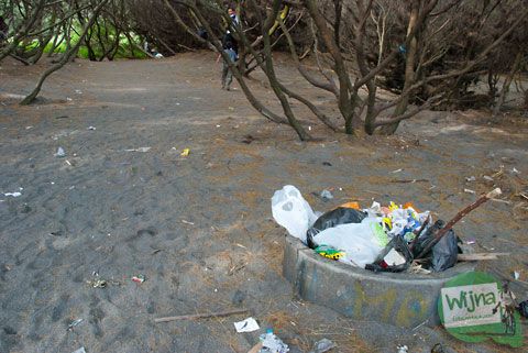 Sampah-sampah yang bertebaran di kawasan Pantai Gua Cemara, Bantul
