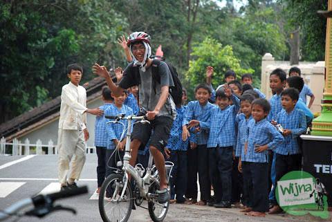 pesepeda menyapa siswa-siswi di Dlingo, Bantul