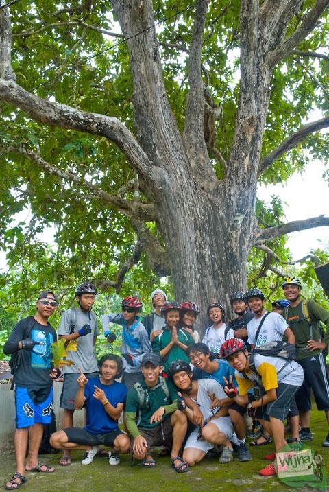 kawan-kawan pesepeda SPSS Jogja berfoto bersama di pohon mistis Jati Linuwih, Dlingo, Bantul