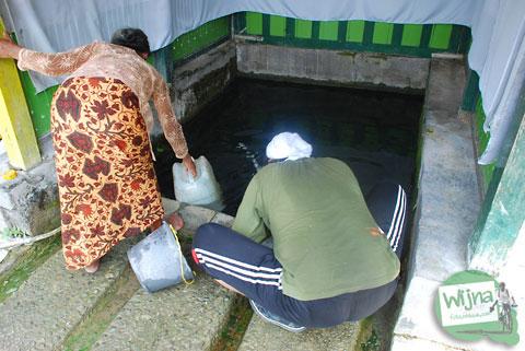 warga memanfaatkan sendang banyu urip di Dlingo, Bantul