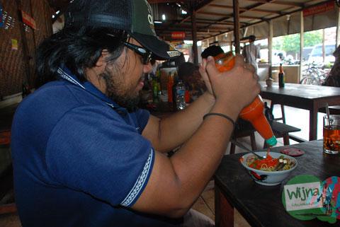 rasarab alias iqbal khan atau anon kresek bersantap mie ayam di Piyungan, Bantul