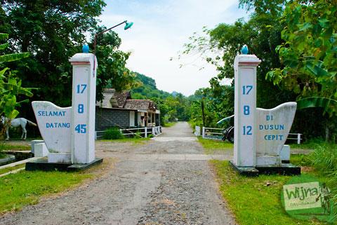 Gapura Dusun Cepit ke arah air terjun (tritis) Cepit di Prambanan