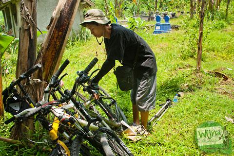 parkir sepeda di kuburan menuju air terjun tritis di cepit, prambanan yang masih tersembunyi