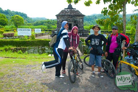 Foto bareng pesepeda di luar Candi Banyunibo karena dikenakan tiket masuk kalau berfoto di  dalam candi