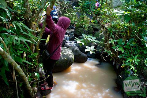bergelantungan di pohon menuju air terjun tritis di cepit, prambanan