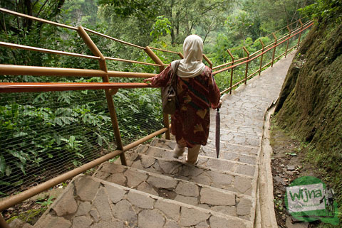 jalan kaki menuju dasar curug cimahi melalui ratusan anak tangga yang sudah dibentuk dengan bagus dan terawat bebas sampah