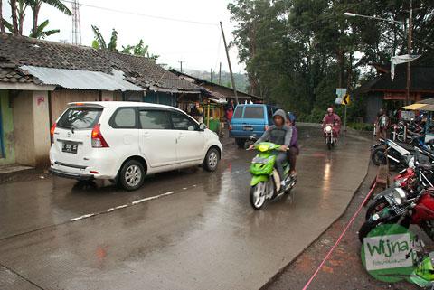 suasana jalan raya kolonel masturi di bandung di dekat loket masuk dan parkiran curug cimahi saat hujan