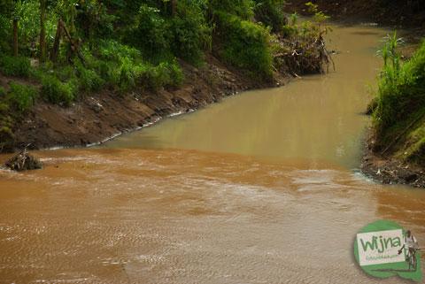air sungai kali oyo di bantul, yogyakarta yang berwarna cokelat keruh di musim hujan