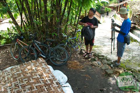 lokasi parkir kendaraan pengunjung menu curug selopamioro atau curug kedung miri bisa dilalui oleh sepeda motor dan bus wisata