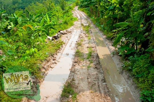 Jalan rusak dan berlumpur menuju Curug Pulosari Krebet saat masih sepi dan belum terkenal di tahun 2013