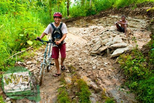 Warga keheranan ada pesepeda yang bersepeda menuju Curug Pulosari Krebet saat masih sepi dan belum terkenal di tahun 2013