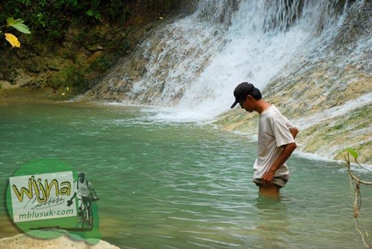 Mengukur kedalaman kolam di Curug Pulosari Krebet di tahun 2013