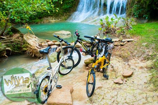 Mencuci sepeda di Curug Pulosari Krebet saat masih sepi dan belum terkenal di tahun 2013