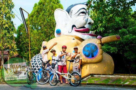 Penampakan patung semar ikon desa wisata krebet di tahun 2013