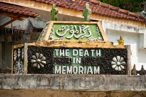 Nisan itu Bertuliskan Death in Memoriam