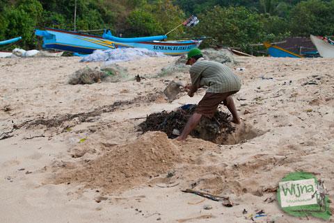 nelayan di pantai ngerenehan menggali pasir sebagai tempat pembuangan sampah dikarenakan mereka terbiasa dengan cara tradisional menimbun sampah di dalam pasir pantai