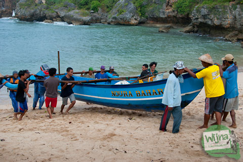 budaya dan tradisi para nelayan yang tinggal di pantai ngerenehan saling bantu membantu mengangkat perahu nelayan lain yang menepi ke bibir pantai