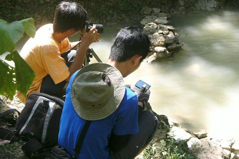 Aktivitas pengunjung di Kedung Pengilon Bantul yang tertarik singgah di lokasi karena disebut-sebut indah sebagai lokasi selfie
