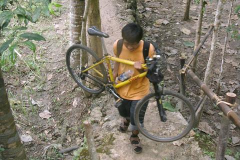 Di Curug Kedung Pengolan di Dusun Petung, Desa Bangunjiwo, Kasihan, Bantul, sepeda boleh dibawa mendekat ke arah air terjun