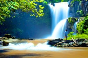 Memancing di Keruhnya Air Terjun Tegenungan
