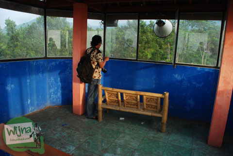 pengunjung cewek pacaran di pos satu pengamatan Gunung Merapi di Cangkringan, Sleman