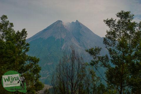 Pemandangan puncak Gunung Merapi dari Kaliadem, Cangkringan tahun 2013