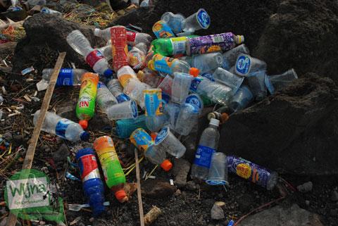 Pengunjung membuang sampah botol plastik sembarangan di Kaliadem, Merapi