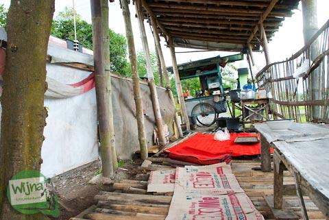 Suasana warung Mie Ayam di Nganjat, Polanharjo, yang terletak di pinggir sawah