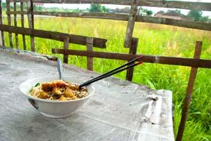 Semangkok Mie Ayam di Pinggir Sawah