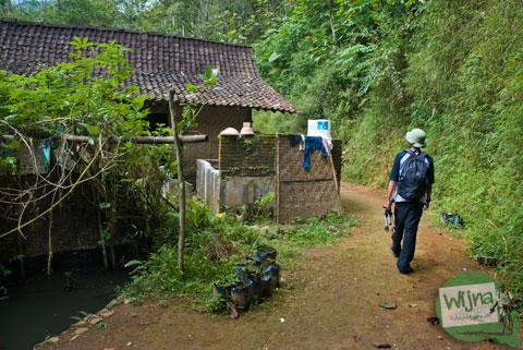 Jalan menuju air terjun Nabag di desa Benowo