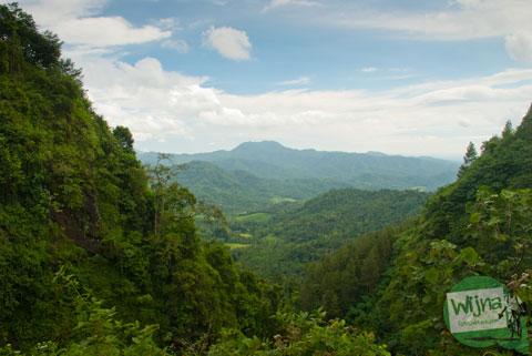 pemandangan dari puncak bukit menoreh dari dusun Bener di wilayah purworejo, Jawa tengah