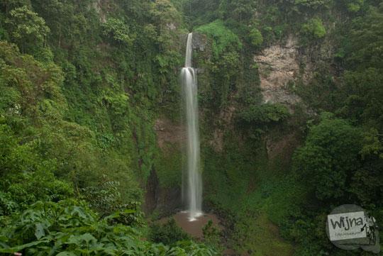 curug cimahi bandung ketika sedang musim hujan dan airnya menjadi keruh berwarna cokelat