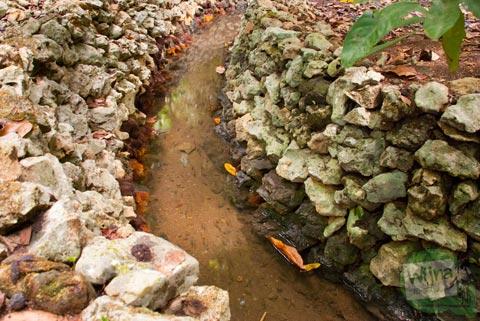 aliran dari sumber mata air ngeleng di desa purwosari, giritirto, gunungkidul dialirkan lewat saluran semacam selokan yang terbuat dari batu karang