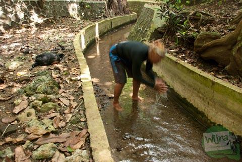 warga desa Giritirto mengambil air langsung dari Sumber Mata Air Ngeleng saat musim kemarau melanda gunungkidul