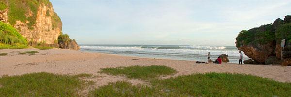 pantai watu bolong dan pantai ngrumput di gunungkidul yogyakarta dekat dengan pantai drini