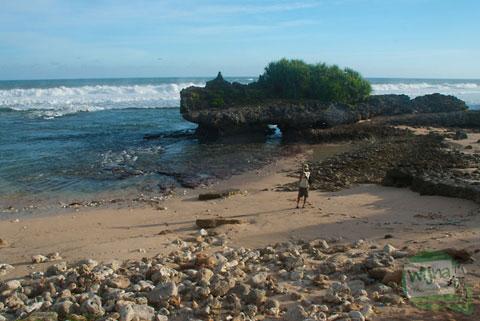 pemandangan pantai watu bolong gunungkidul saat senja