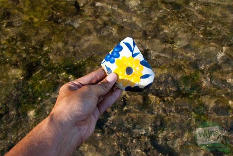 pecahan keramik tua di pantai watu bolong gunungkidul