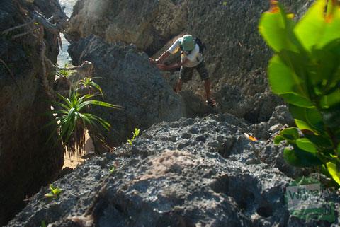 mendaki batu karang menuju pantai ngrumput gunungkidul