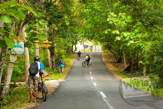 Medan tanjakan di ruas jalan alternatif Bantul - Gunungkidul yang bermula dari Pantai Parangtritis menuju Purwosari, Gunungkidul pada tahun 2012