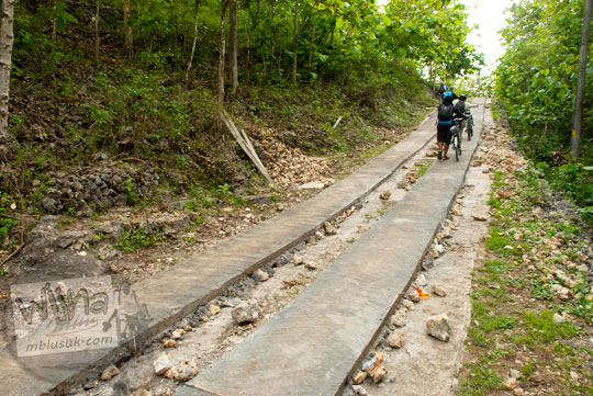 Jalan setapak cor semen dua lajur yang terdapat di Dusun Karangnongko dan Dusun Temon Purwosari, Gunungkidul arah ke Pantai Bekah pada tahun 2012