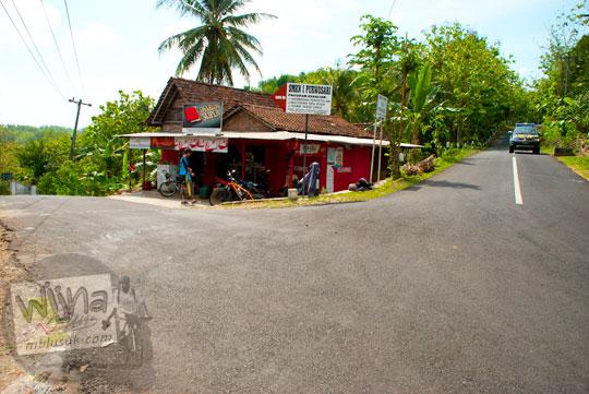 Pertigaan di ruas jalan pantai selatan jawa Yogyakarta yang bercabang arah ke Pantai Parangtritis, Panggang, dan Imogiri  pada tahun 2012