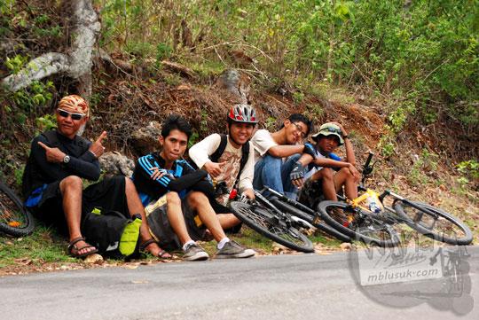 Bayu Indratomo, Rahmat Agus Sudrajat, I Made Ari Susena, Eko Paris Besteriyana Yulianto bersepeda dari Kota Jogja menuju Laut Bekah, Purwosari, Gunungkidul pada tahun 2012